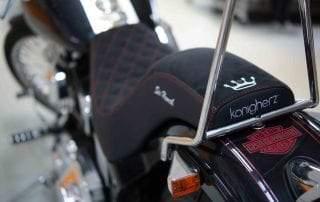 Harley-Davidson Softail Sitzbank in Alcantara und Kunstleder individuell angepasst